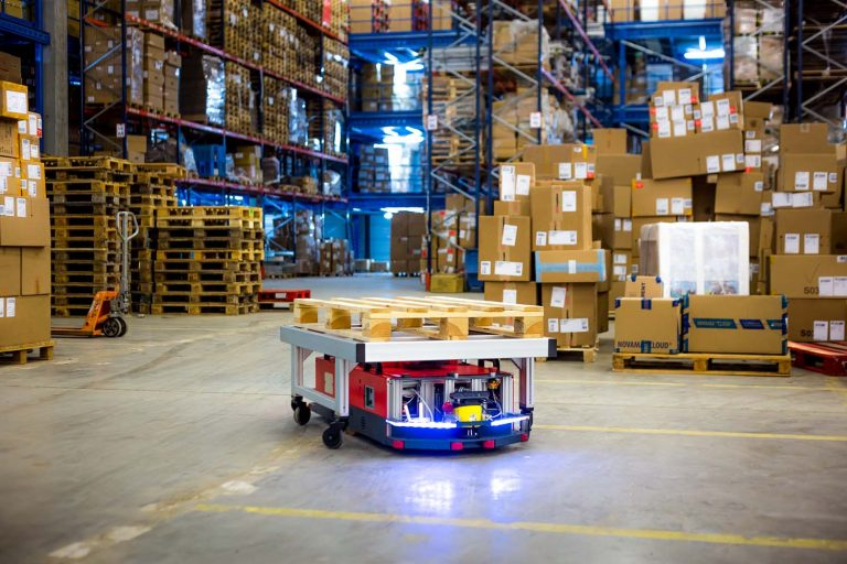 Roboty AGV vs przenośnik taśmowy  w magzynie, sortowni, fabryce